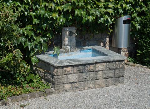 Brunnen bei Astridkapelle - 1960 - Eigentum Bezirk