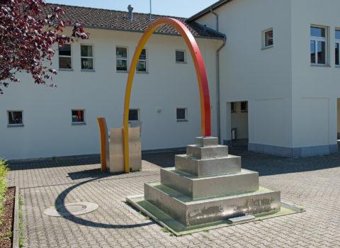Brunnen Schulhaus Merlischachen - 1949/1995 - Eigentum Bezirk